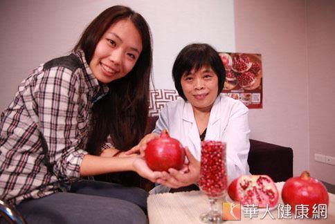營養師洪若樸(右)指出,紅石榴有豐富類黃酮,可中和人體內誘發疾病或造成人衰老的自由基。(攝影/賴羿舟)