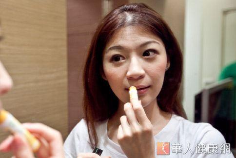 消基會調查發現,半數以上市售護唇膏的主成分是石蠟,長期過量使用恐有害健康。(圖片/本網站資料照片)