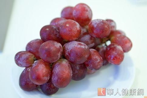 葡萄的皮含有半數以上花青素和前花青素,是抗發炎和減重的主要功臣,攝取時千萬別吐皮。