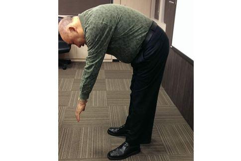 甩掉下背痛第1招/前彎腰。(圖片提供/胡新實醫師)