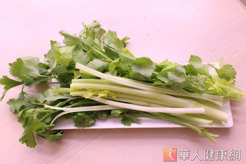 芹菜裡的化合物,可以使血管平滑肌舒張,因此具有使血壓下降的作用。(照片/華人健康網資料)