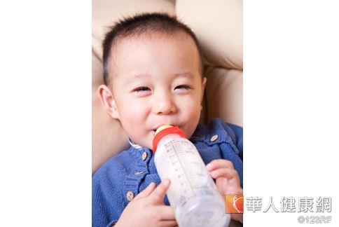 一歲前寶寶最好還是以母乳或配方奶為主,鮮奶含有大量腸胃尚無法吸收的酪蛋白大分子。