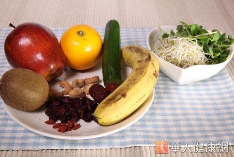 國人普遍有膳食纖維攝取不足、體脂肪率高的現象,想要降低體脂肪率,建議天天至少5份蔬果。(攝影/江旻駿)