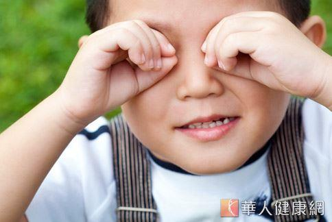 換季時節正是好發過敏的季節,若過敏性結膜炎發作,眼睛紅腫發癢,千萬別胡亂揉眼睛,以免惡化。