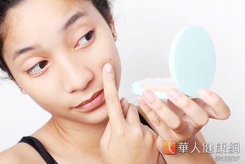 臉上冒出痘痘、或乾燥脫皮,都可能是身體內部毒素累積所反映出來的現象。