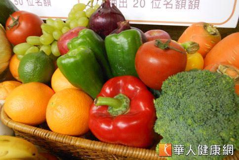 台灣癌症基金會提倡天天彩虹蔬果579,鼓勵民眾每天攝取足夠的膳食纖維,有助於遠離癌症的威脅(攝影/駱慧雯)