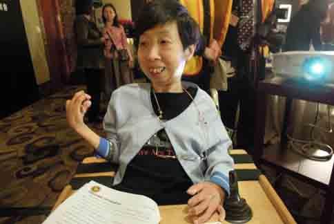 有「小劉俠」之稱的病友姚綠豔,自從13歲開始關節嚴重變形,便綣縮坐在輪椅上迄今已經40年。