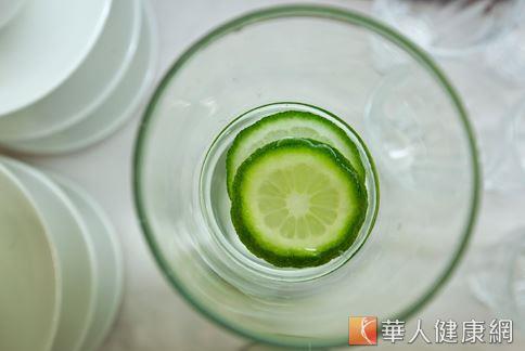 早上來杯檸檬水,也是排毒潤腸、幫助提升代謝的小秘方。(圖片/華人健康網)