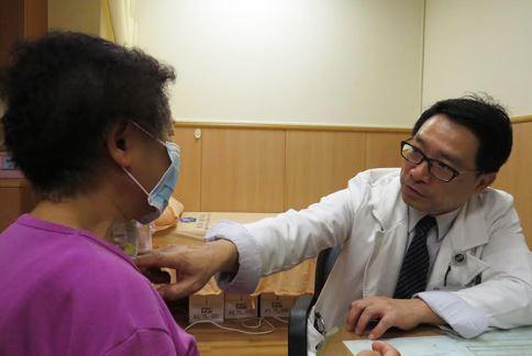 黃慶琮醫師表示,洪姓婦人頭暈的源頭是少見的「頸動脈扭結」,造成頸動脈狹窄更只有正常血流量的2%。(圖片提供/台中慈濟醫院)