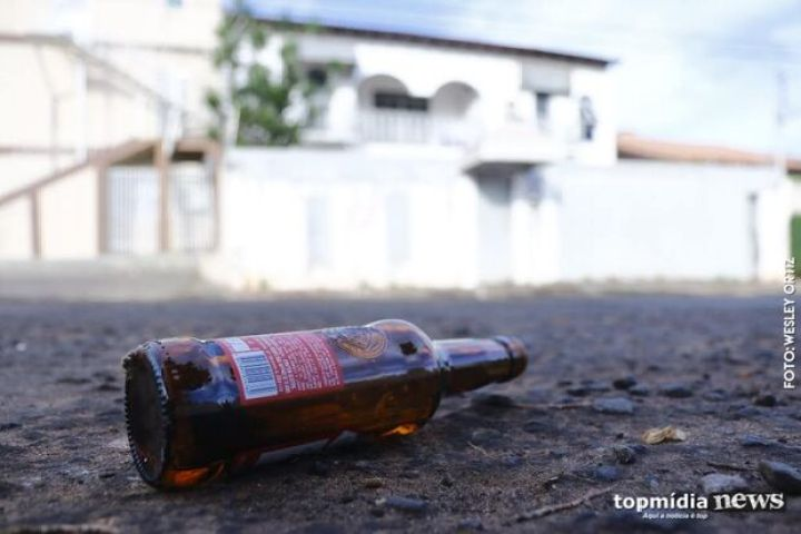 Mulher persegue e corta adolescente com garrafa