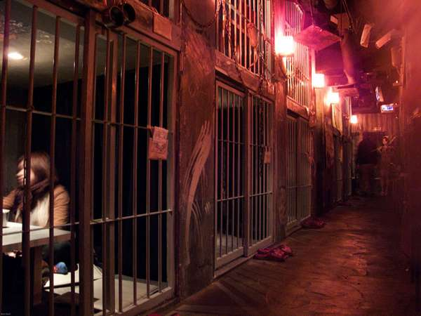 Spine Chilling Caged Diners Alcatraz Medical Prison