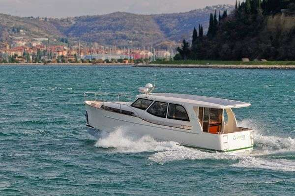 Green Hybrid Yachts The Greenline 33 Hybrid Is The First