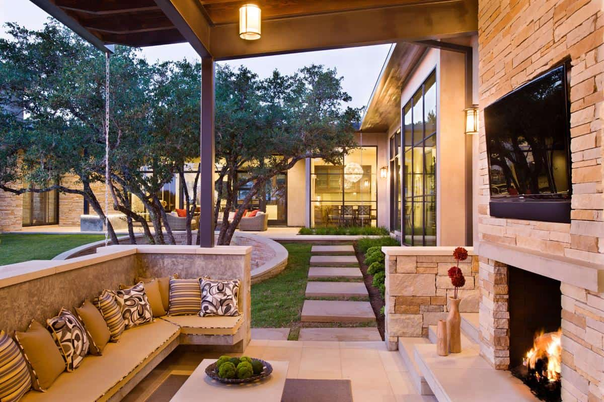 Family Home With Outdoor Living Room And Pool