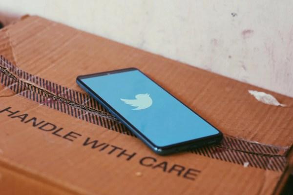 Twitter app sobre uma caixa