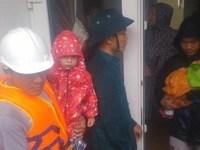 Cứu 2 khách Hà Lan và 3 người Việt kẹt trong lũ tại Hội An