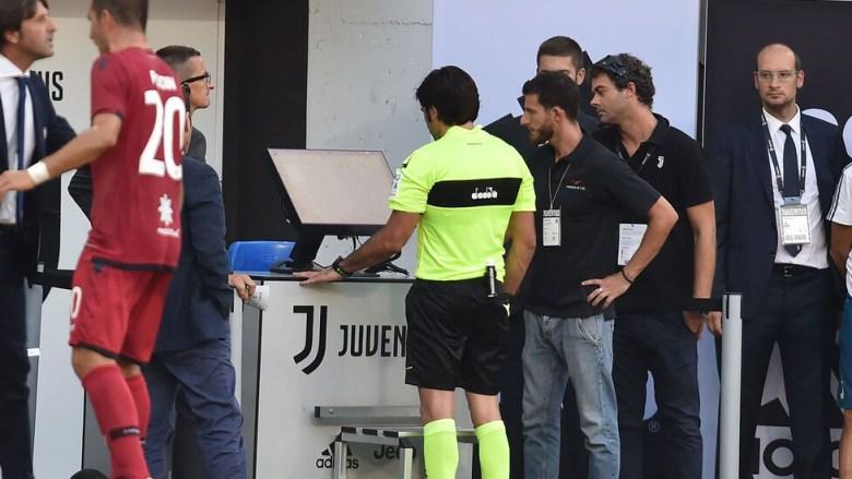 Momento storico per il calcio italiano. L'arbitro Maresca si consulta a bordo campo con le immagini video del VAR per decretare un rigore in Juventus - Cagliari, foto: imagephotoagency.it