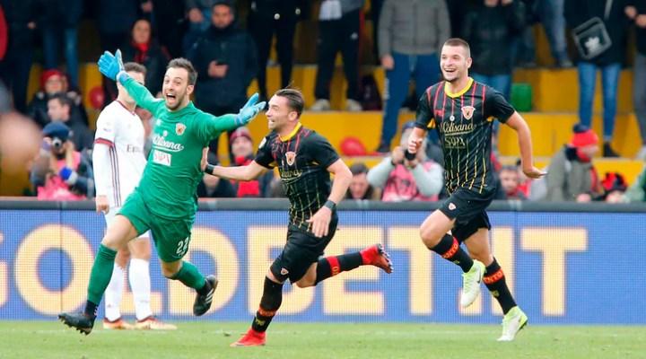 Brignoli, autore del gol del pareggio del Benevento contro il Milan, festeggiato dai compagni | numerosette.eu