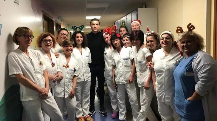Risultati immagini per Ronaldo e Georgina fanno visita ai piccoli pazienti dell'ospedale di Torino