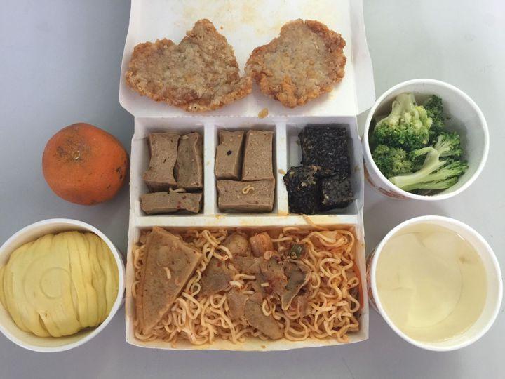 學生網po誇張團膳 校方:泡麵是半成品 | 生活 | 聯合影音