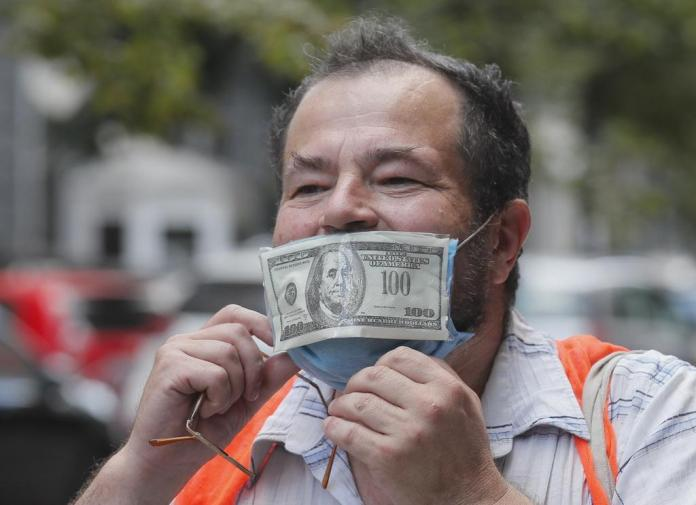 The dollar is still more valuable than a hygiene mask, but the currency rate is currently only developing in one direction: downwards.