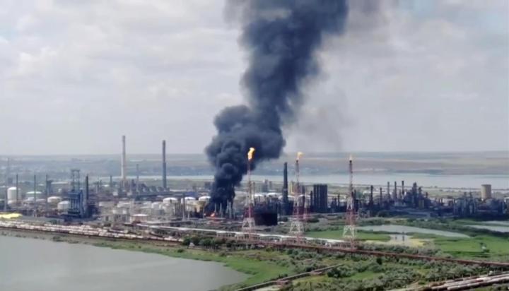 Un incendie (photographié ici par un drone) s'est déclaré vendredi dans une raffinerie basée au bord de la mer Noire, dégageant une épaisse fumée noire.