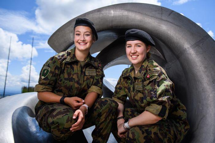 Geniessen die Zeit in der Armee: Sina Siegenthaler (links) und Muriel Jost.
