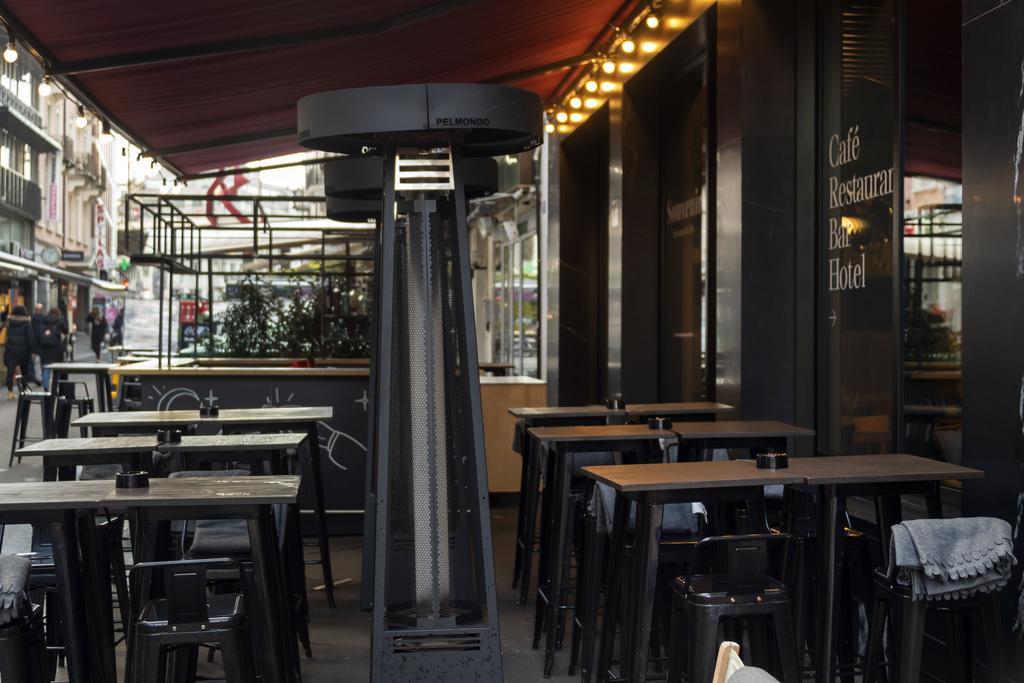 ferme ses bars et ses restaurants