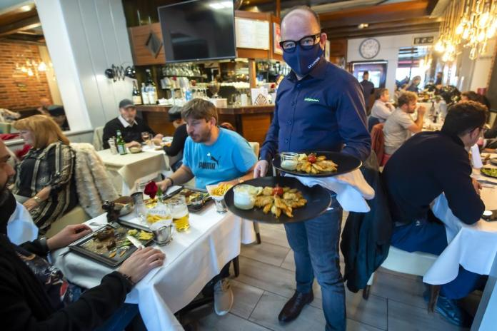 A place where corona infections can occur: guests of a restaurant in Nyon do not wear masks (November 4, 2020).