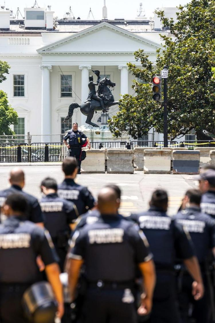 Die Statue von Präsident Andrew Jackson vor dem Weissen Haus wird bewacht.