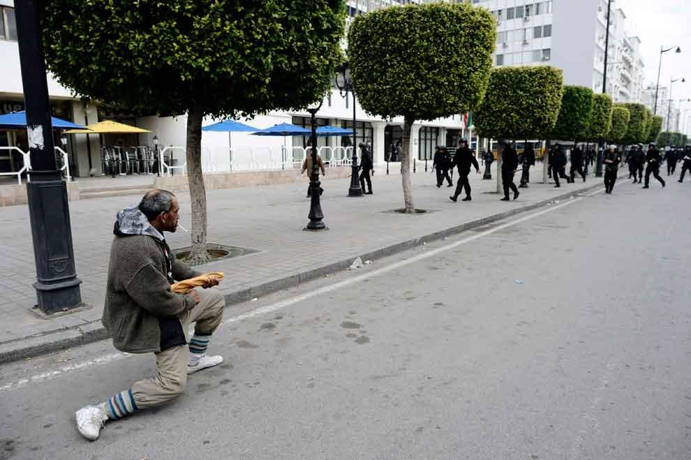 Un-hombre-turco-mantiene-a-raya-a-la-policía-con-una-baguette-durante-la-revolución.