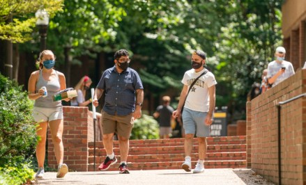 Students near Rand Hall practice COVID guidelines by wearing face masks. (Vanderbilt University)