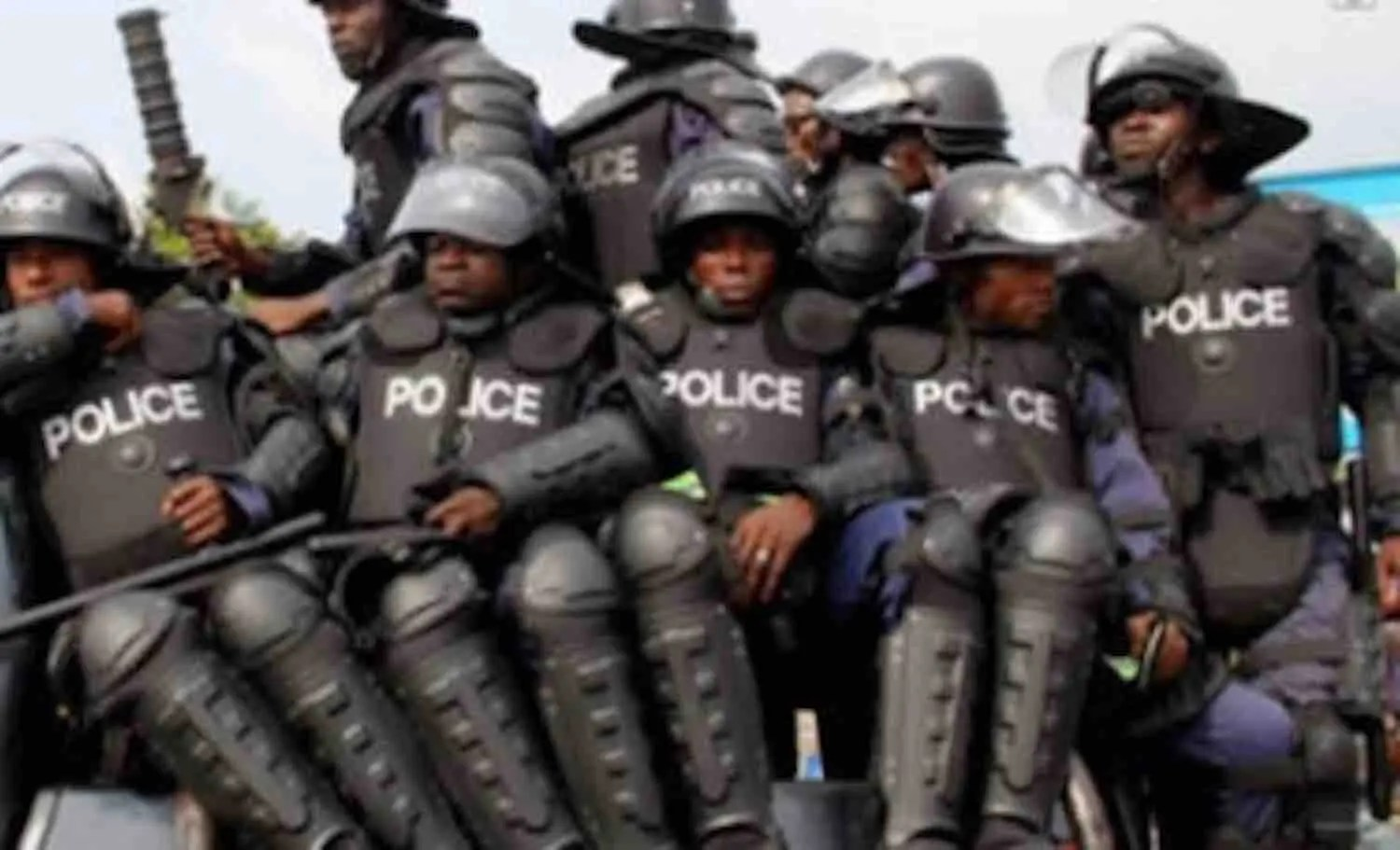 Man mercilessly beats policewoman who came to arrest him - Vanguard