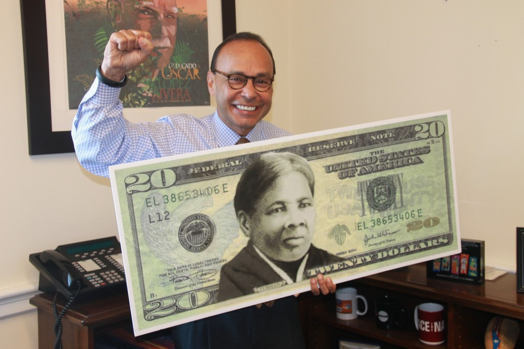 Rep. Luis V. Gutiérrez with a mock up of the new $20 bill (Photo courtesy of Gutiérrez's office)