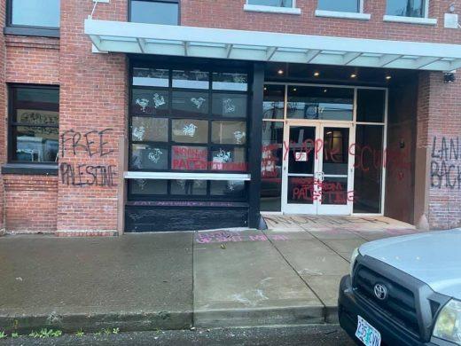 Paredes del restaurante vandalizado