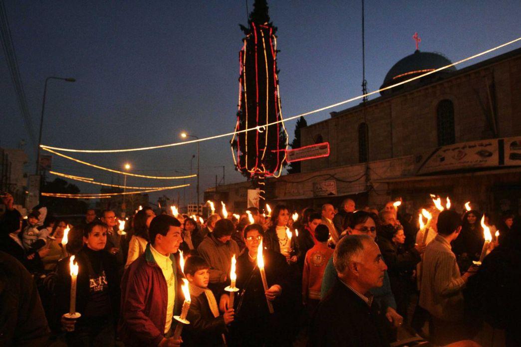 Los palestinos y activistas por la paz participan en la marcha anual por la paz en Beit Sahour, una ciudad palestina cerca de Belén, el 21 de diciembre de 2007.