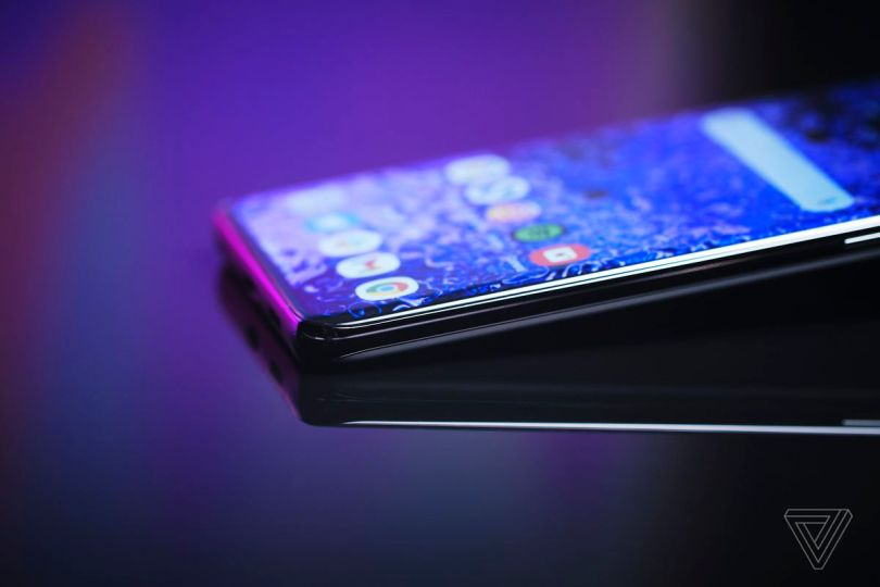 Samsung kept the curved edges on the screen