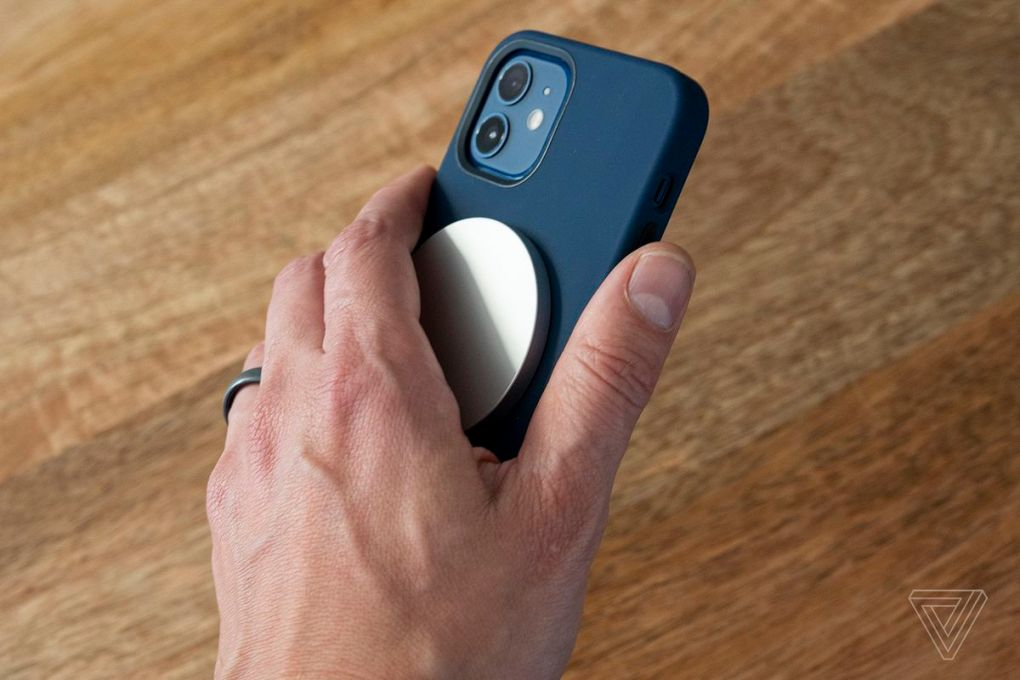 Các nam châm có nghĩa là bạn có thể sử dụng điện thoại trong khi sạc không dây thay vì để điện thoại trên tấm đệm.