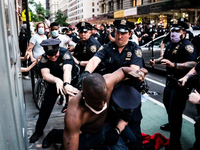 Images of police using excessive force against peaceful protesters are going viral - Vox