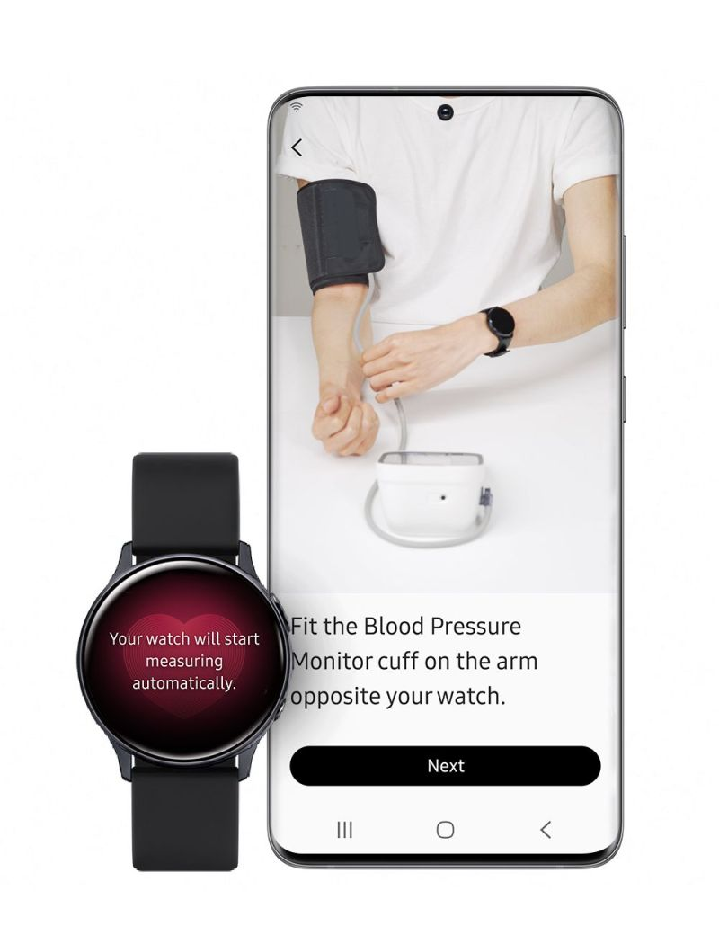 Un orologio si trova accanto a un telefono in un'illustrazione fotografica.  L'orologio ha l'immagine di un cuore e il testo che dice