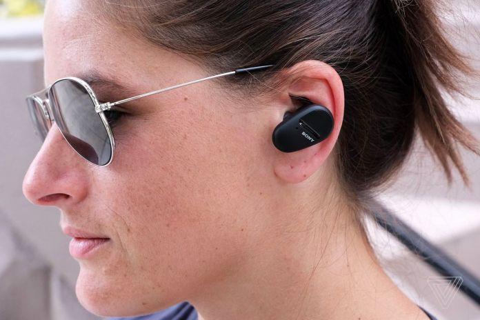 Boczny strzał w głowę kobiety w słuchawkach Sony SP-800N.