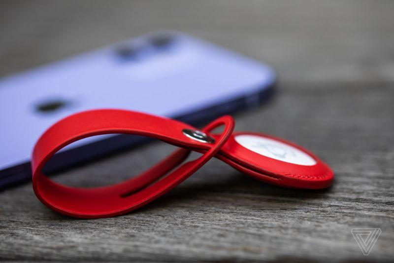 Un AirTag in un accessorio Apple Leather Loop