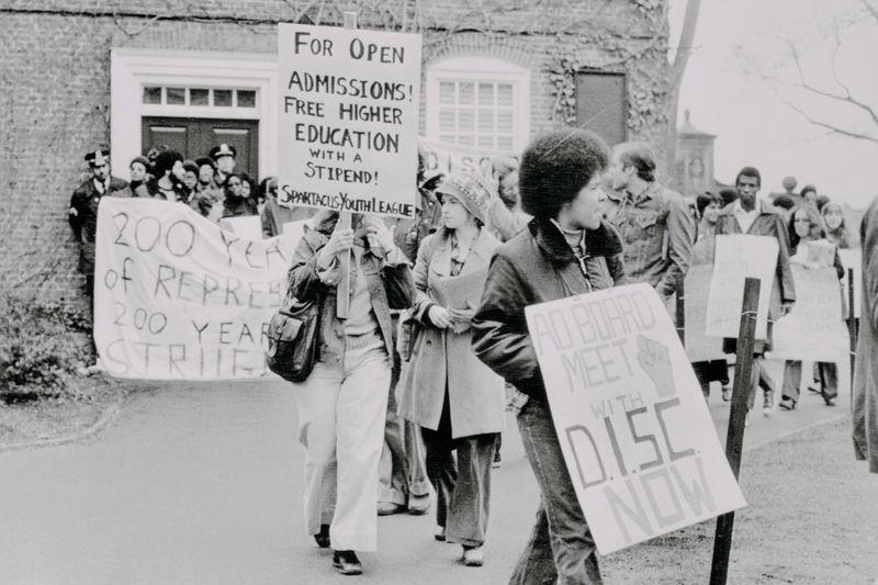 Archivo Bettmann / Getty Images Estudiantes de Harvard protestan por la política de la escuela sobre estudios afroamericanos el 2 de mayo de 1975.