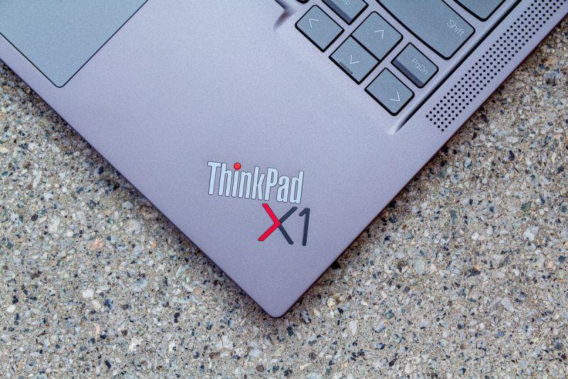 Il logo ThinkPad X1 sul ThinkPad X1 Yoga Gen 6 visto dall'alto su un tavolo di pietra.