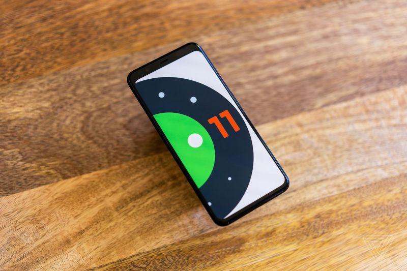Un Pixel 4 XL con il logo di Android 11