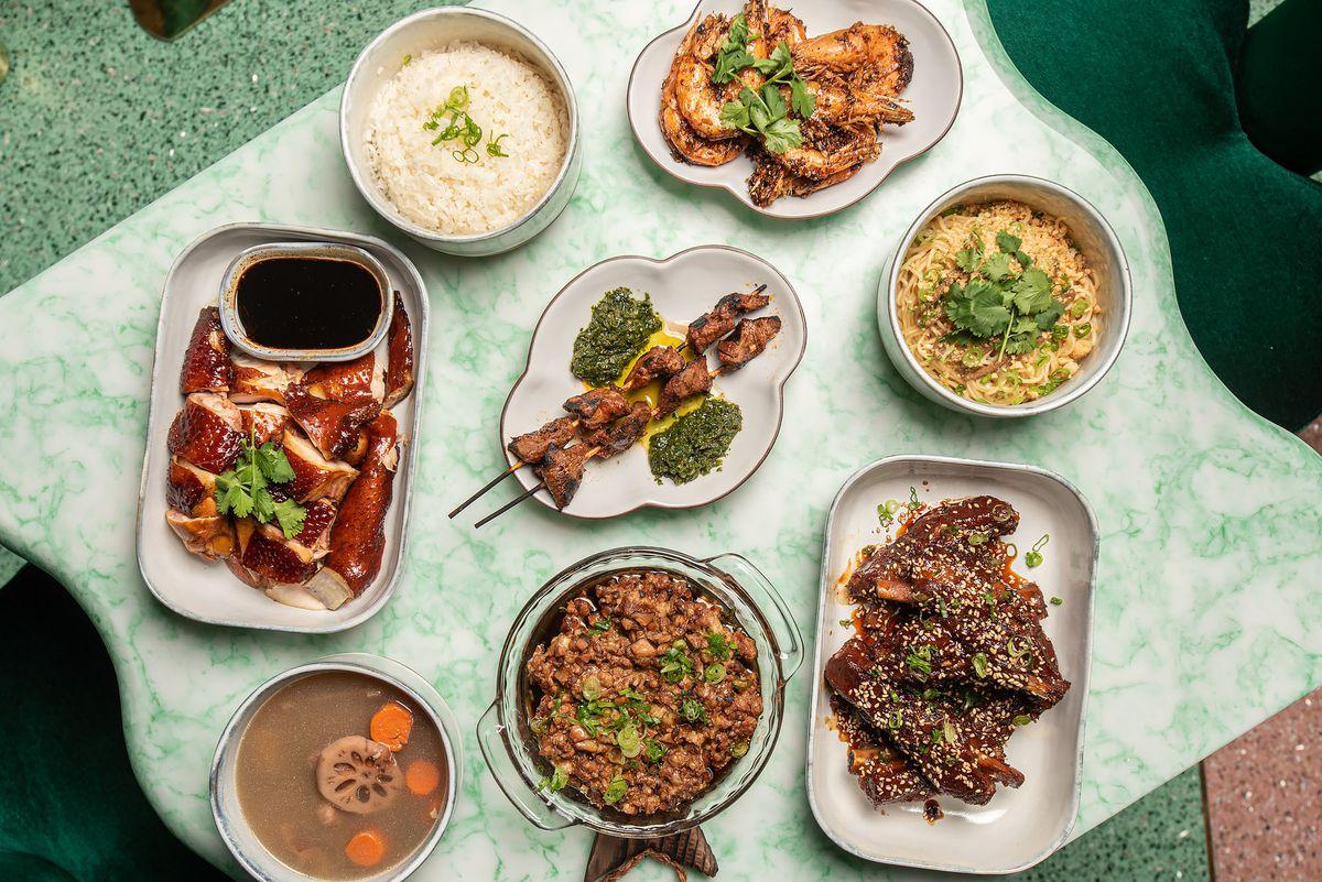 Una variedad de platos chinos y peruanos.
