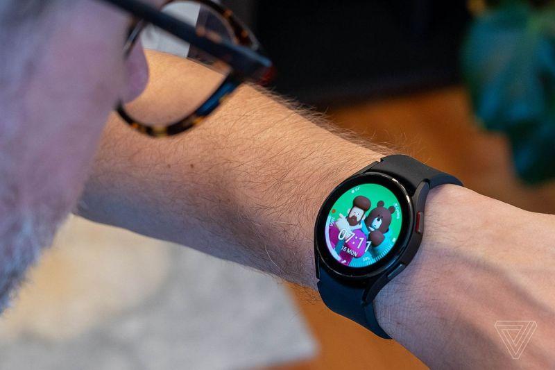 Il Galaxy Watch 4 Classic con un divertente quadrante a tema orso.