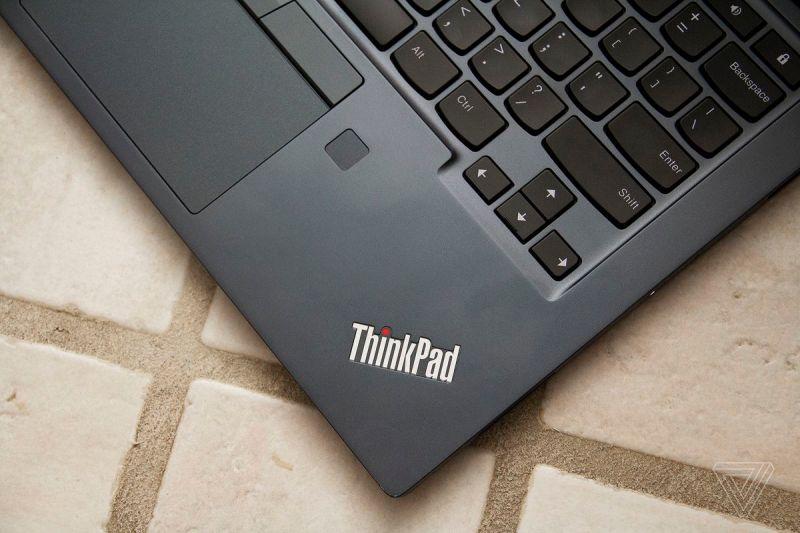 Il logo Thinkpad nell'angolo in basso a destra del Chromebook C13 Yoga.
