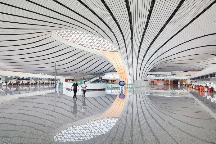 Блестящая терминальная зона с изогнутым потолком, который касается земли.
