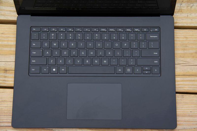 La tastiera Surface Laptop 4 da 15 pollici dall'alto.