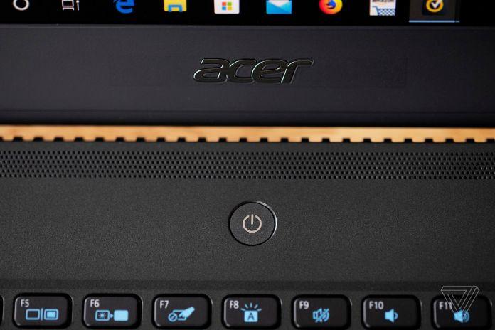O logotipo da Acer e o botão liga / desliga no Acer TravelMate P6.